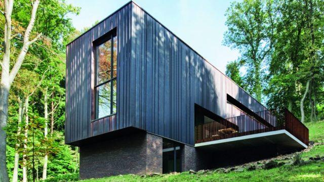 Dům obklopený lesem. Nepoznáte, zda jste uvnitř čivenku