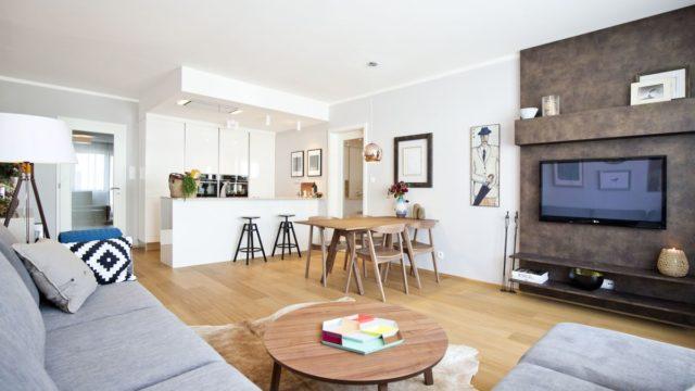V malém bytě je velká sedačka, kuchyň budete závidět