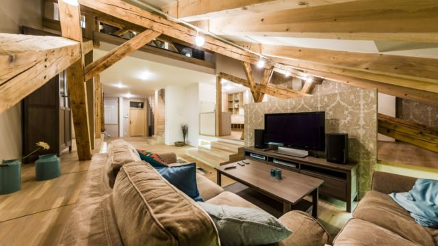 Podkrovní byt má úžasnou atmosféru. Nejvíc dala zabrat prosklená koupelna