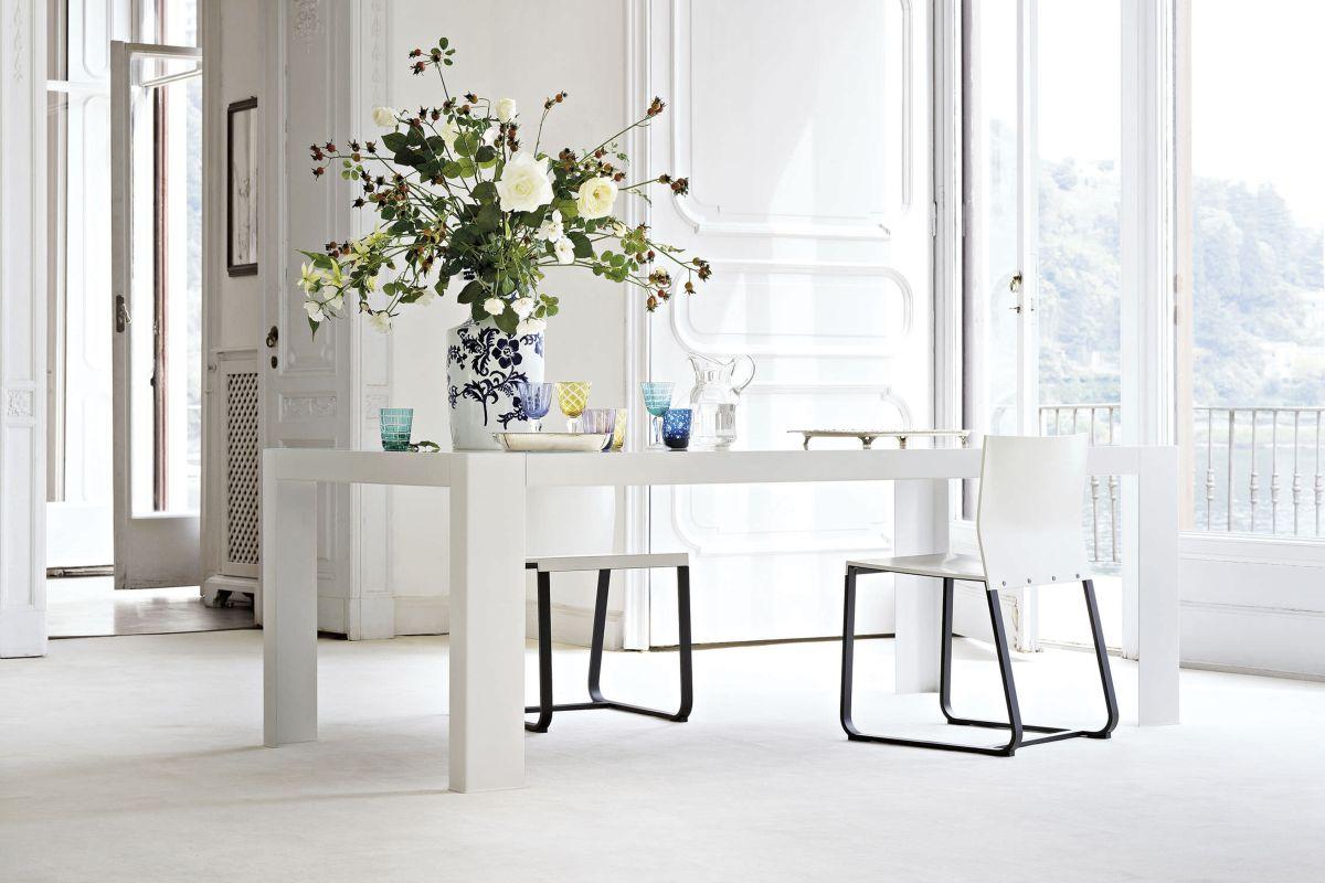 obr.11_go-modern-furniturelema-antonio-lacquered-dining-table.jpg