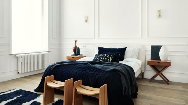 obr.16_the-french-bedroomplushious-velvet-navy-blue-bedspread-landscape-lifestyle-728x409.jpg