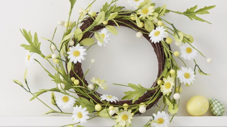 obr.9_the-contemporary-home_yellow-white-daisy-wreath-al30.00-728x409.jpg