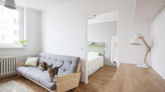 Malý byt vDejvicích nehýří barvami ani nábytkem. Je útulný apohodlný