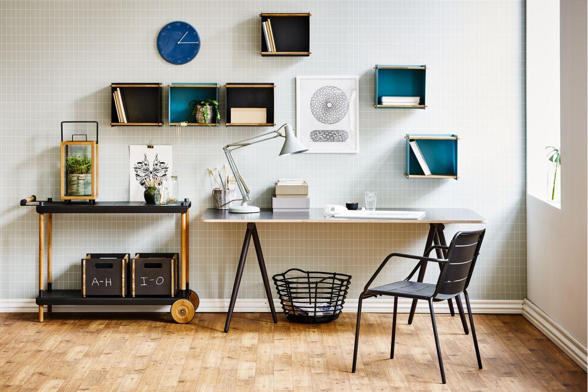 17_turn-table_frame-trolley_box-wall_copenhagen-chair-black_f.jpg