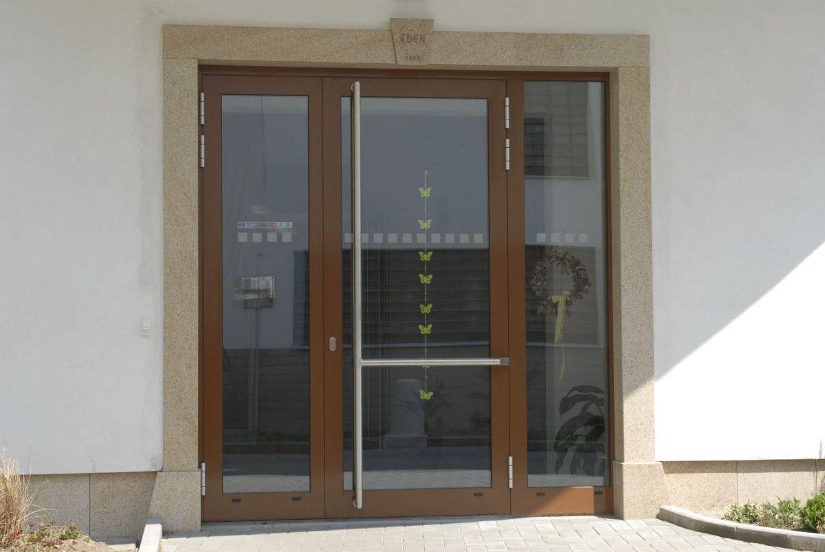 obr.5_plastove_vchodove_dvere_1_foto_zdroj_dafe-plast-1200x1200.jpg