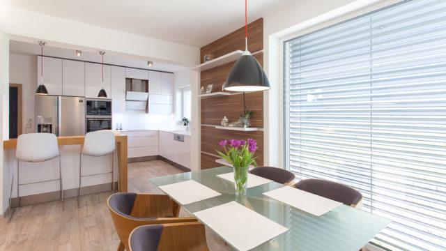 Rodinný dům na Moravě si užívá velký prostor. Prim vněm hraje dub aatypický nábytek