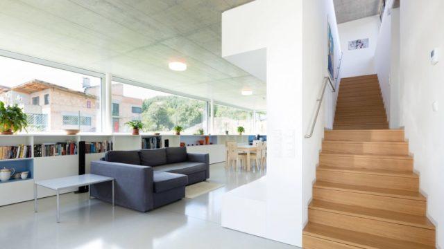 Moderní dům snádherným výhledem. Vestavěné skříně jsou úplně všude