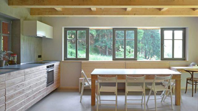 Romantické bydlení pro rodinu tesaře skrývá malebný domek smoderní výbavou