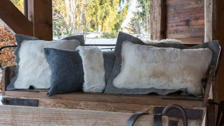 6ksl-living-coussin-design-en-feutre-de-laine-grise-et-fourrure-ecrue-alaska-par-cosy-amp-chic-728x409.jpg