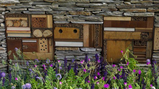 Hmyzí hotel – úkryt pro užitečný hmyz může být doma vyrobený idesignový