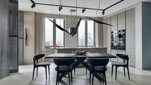 Modrošedou barevnost elegantního interiéru inspirovalo Baltské moře