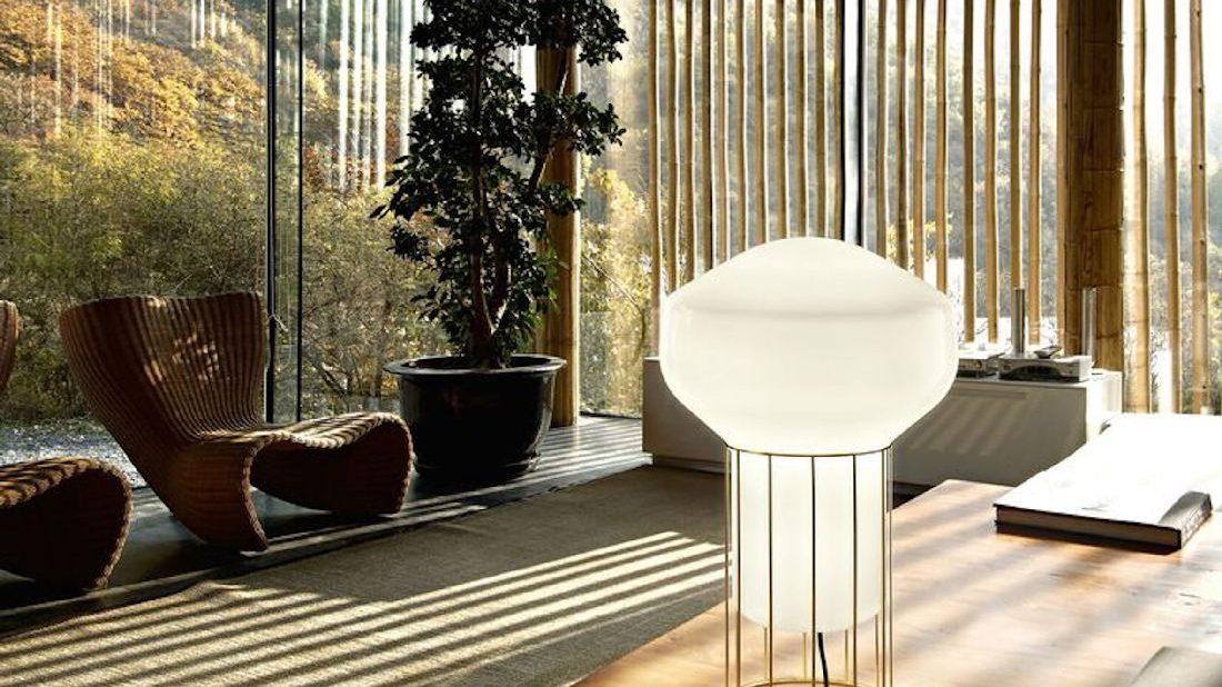 1nedgis_lampe-Ă-poser-aĂrostat-f27-blanc-laiton-Ă228cm-h37cm-fabbian-1100x618.jpg