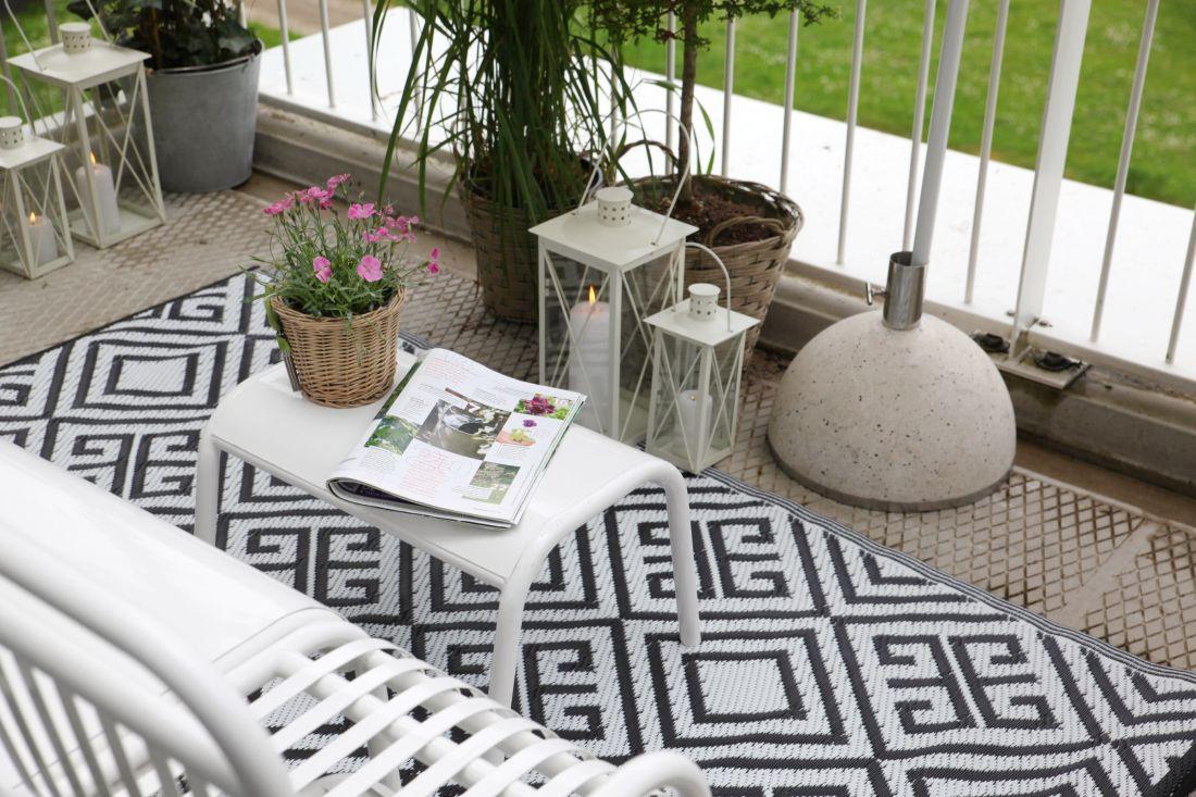 8audenza-_monochrome-outdoor-rug-reversible.jpg
