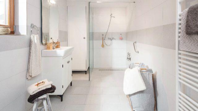 Zrekonstruovaná koupelna ve starém domě sprvky vintage