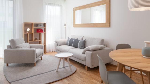 V bytě snádechem Skandinávie převládá masivní dub abílá barva