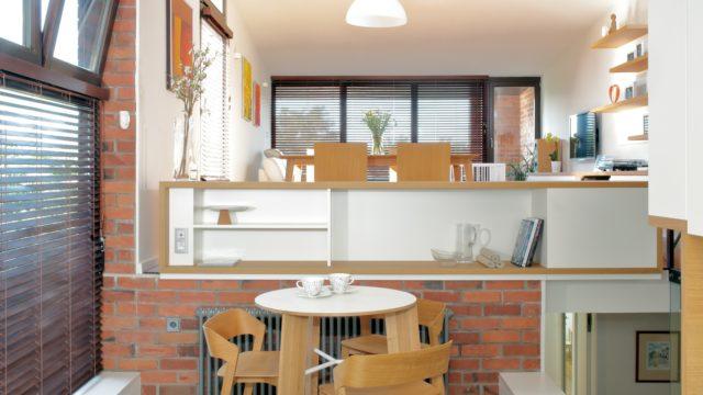 Bílý nábytek adveře prosvětlily interiér zrenovovaného domu na Hřebenkách