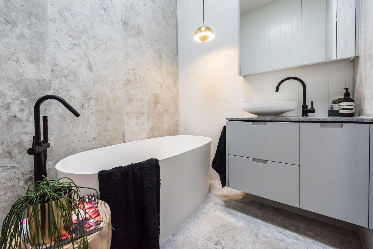 8meir-australia-pty-ltd_freestanding-round-bath-mixer-with-hand-spray.jpg