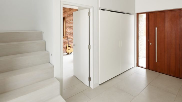 5urbanfront-door-in-hallway-728x409.jpg