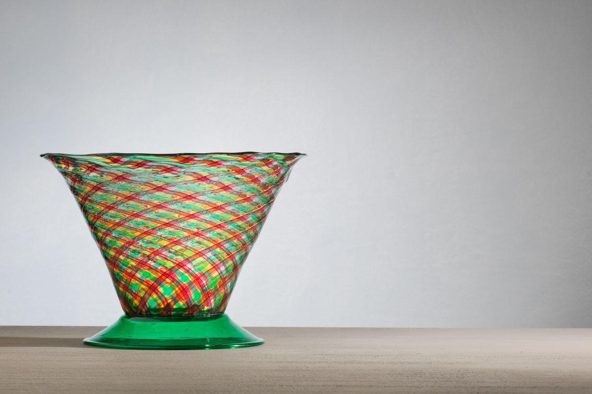 08_le-stanze-del-vetrola-vetreria-m.v.m.-e-il-giovane-carlo-scarpavaso-in-filigrana-a-reticello-con-canne-rubino-verdi-e-gialle.piede-in-vetro-trasparente-verde.jpg