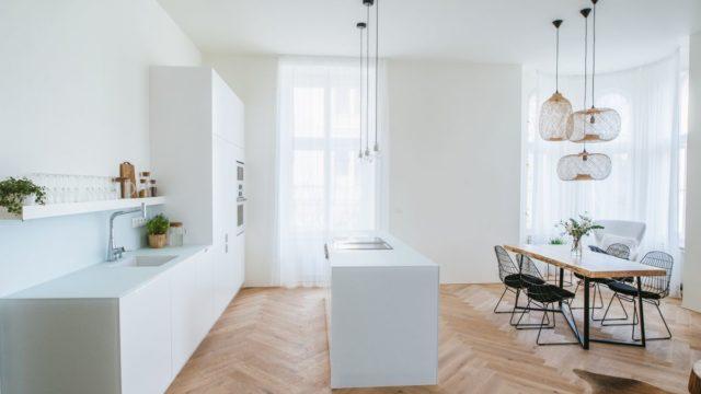 Bělostná kuchyně astoly zdubového kmene dokonale vyvažují původní secesní interiér