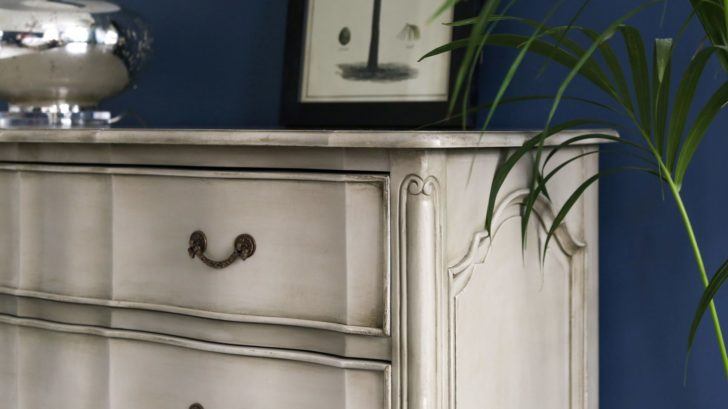 20the-french-bedroom-co_normandy-classic-pale-stone-chest-of-drawers-lifestyle-728x409.jpg