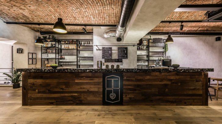 restaurace-u-tomana_bar-obklad-kaehrs-da-capo-dekor-dub-unico_zdroj-dum-u-tomana-728x409.jpg