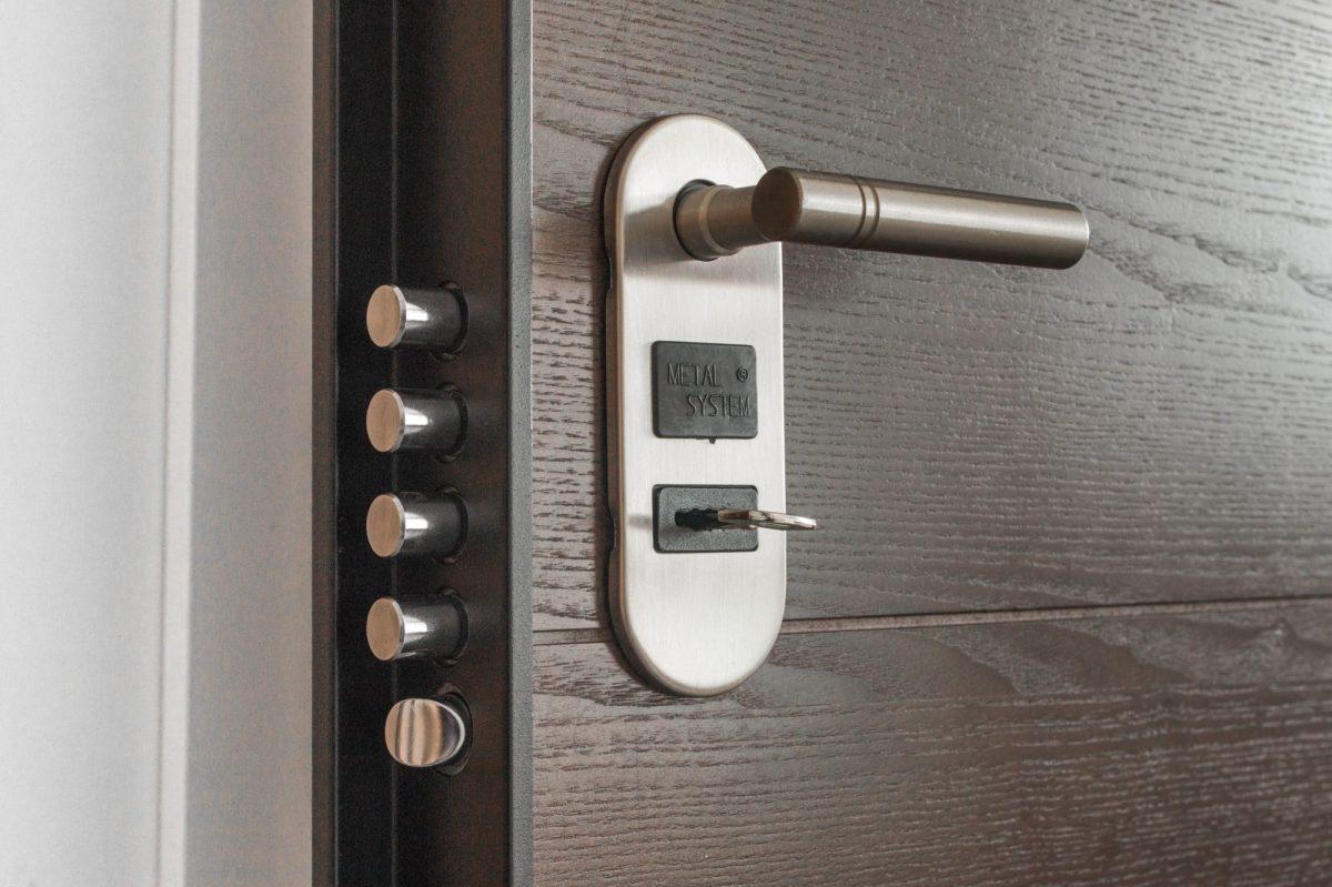 1door-1089560-1200x1200.jpg