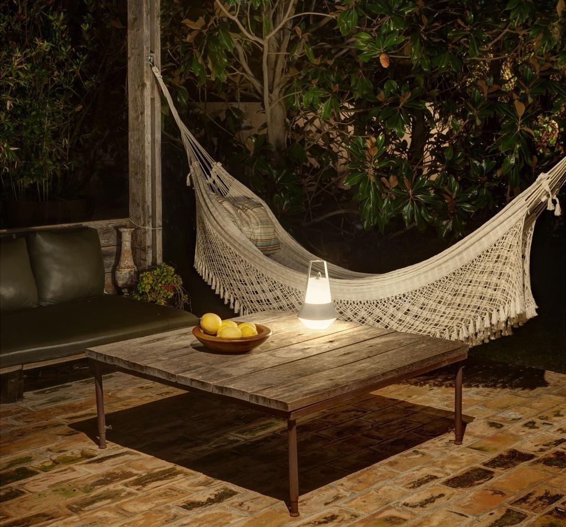 prenosna-lampa-vytvori-romantickou-atmosferu-v-kazdem-koute-zahrady..jpg