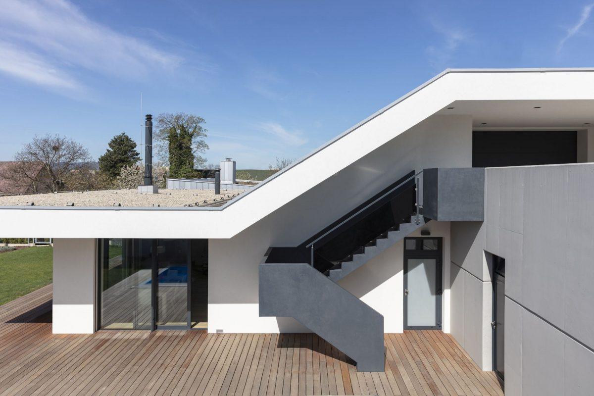 strecha-nad-betonovym-schodistem-zaroven-zastinuje-cast-terasy.-1200x1200.jpg