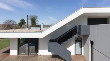 strecha-nad-betonovym-schodistem-zaroven-zastinuje-cast-terasy.-352x198.jpg