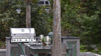 v-kuchyni-jsou-kovova-svitidla-s-venkovni-povrchovou-upravou.-352x198.jpg