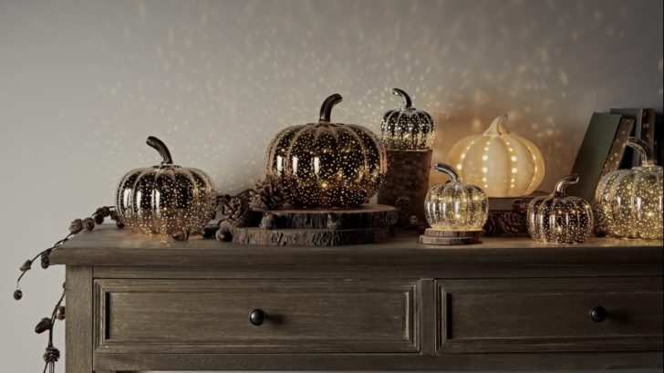 22lights4sun_autumn-illuminated-pumpkin-side-table-lifestyle-728x409.jpg