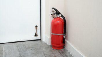 hasici-pristroje-musi-byt-umistene-nejen-na-vhodnych-mistech-ale-take-viditelne-ne-ve-skrini-352x198.jpg
