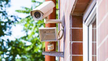levnejsim-kameram-je-nutne-ve-tme-prisvecovat-drazsi-modely-toto-zvladnou-samy-a-kvalitne-352x198.jpg
