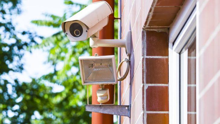 levnejsim-kameram-je-nutne-ve-tme-prisvecovat-drazsi-modely-toto-zvladnou-samy-a-kvalitne-728x409.jpg