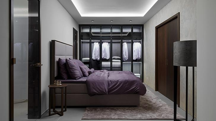 Luxusní ložnice LUTON sprosklenou šatní skříní SKY