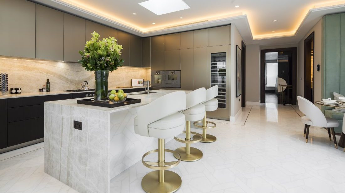 3essential-home_turn-your-bar-edgy-_-minimal-white-kitchen-on-summer-hotel-holiday-1100x618.jpg