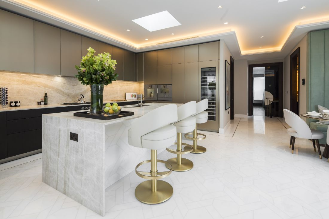 3essential-home_turn-your-bar-edgy-_-minimal-white-kitchen-on-summer-hotel-holiday.jpg