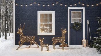 4lights4fun_midnight-blue-christmas-cabin-outdoor-rattan-reindeer-family-with-snow-352x198.jpg
