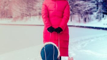 pokud-se-preci-jen-postesti-a-nasnezi-nejvetsi-radost-maji-z-nadilky-snehu-samozrejme-deti.-vetsinou-snih-ale-vydrzi-jen-kratkou-dobu-352x198.jpg
