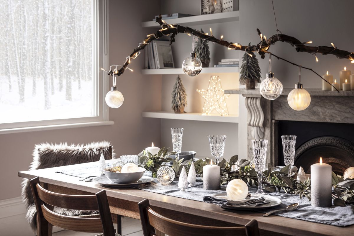 22lights4fun_winter-lake-christmas-dining-room-branch-amp-bauble-lifestyle.jpg