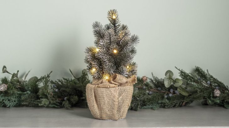 24lights4fun_table-top-christmas-tree-with-hessian-base-728x409.jpg