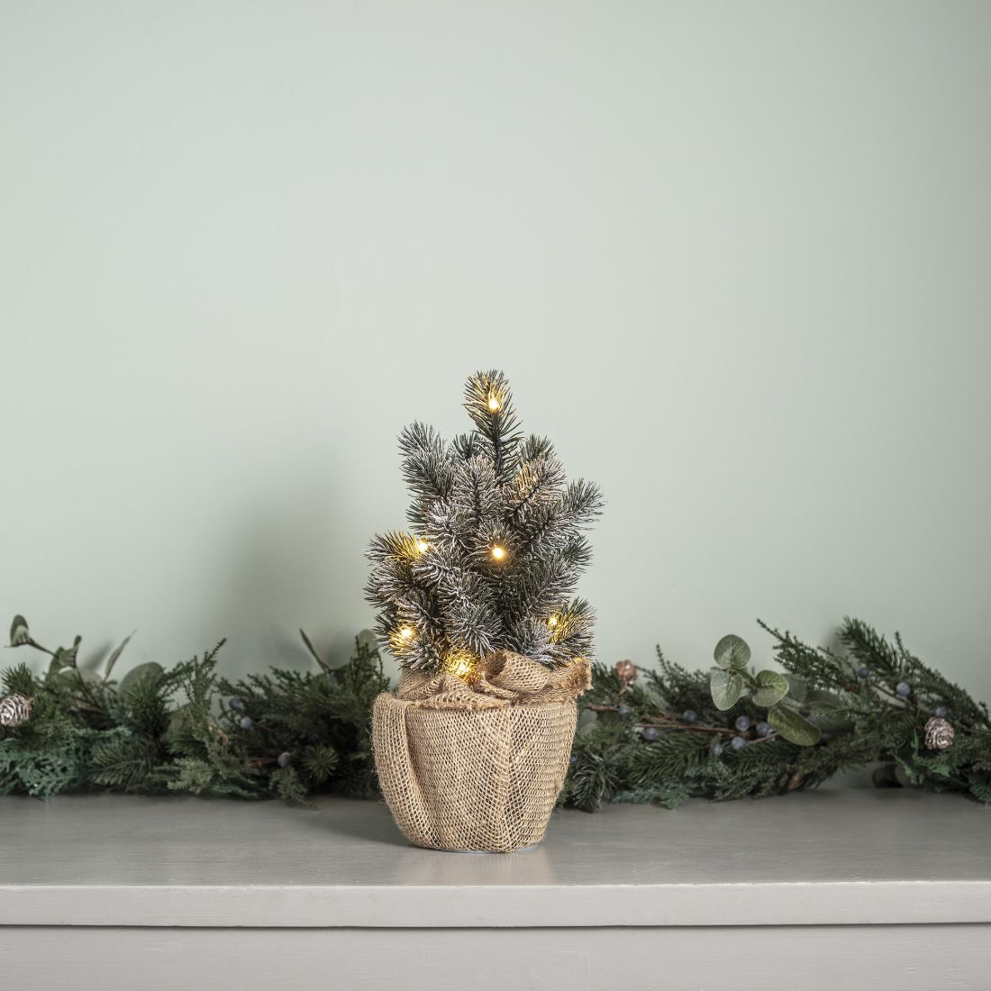 24lights4fun_table-top-christmas-tree-with-hessian-base.jpg