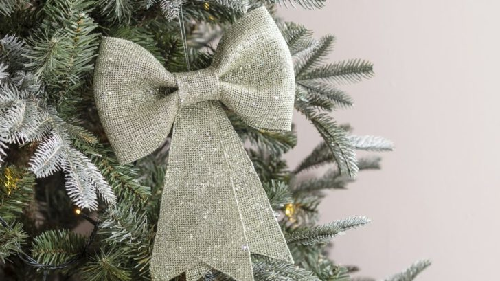 32lights4fun_champagne-bow-christmas-tree-decoration-728x409.jpg