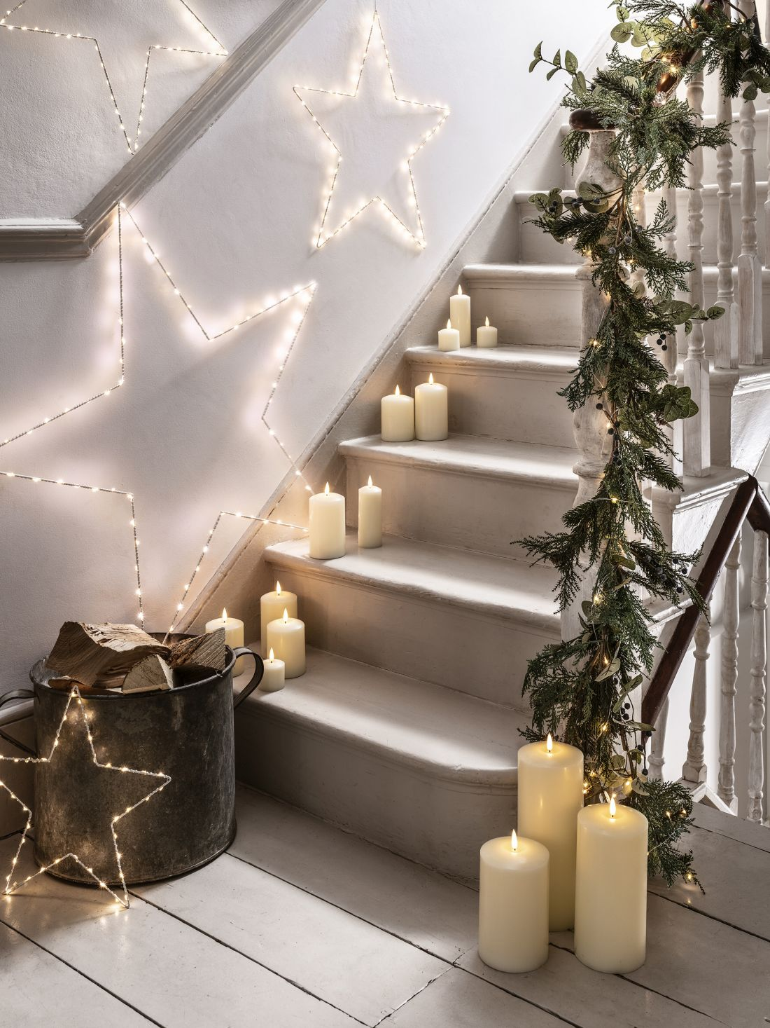 8lights4fun_christmas-interior-candles-amp-stars-white-staircase-lifestyle.jpg