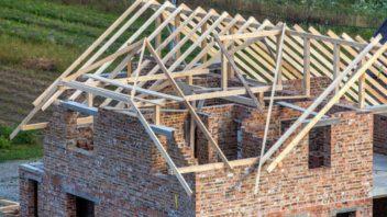 opetovne-postaveni-nove-strechy-patri-rozhodne-k-tomu-nejnakladnejsimu.-radne-si-tak-koupi-takove-nemovitosti-promyslete-352x198.jpg