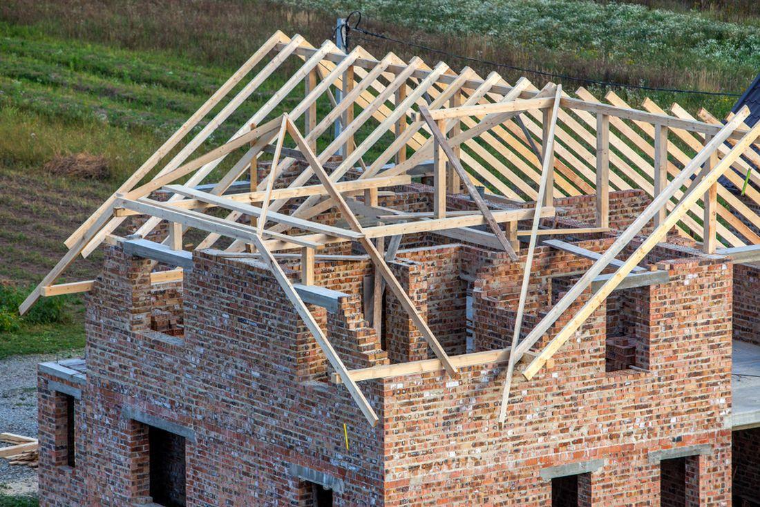 opetovne-postaveni-nove-strechy-patri-rozhodne-k-tomu-nejnakladnejsimu.-radne-si-tak-koupi-takove-nemovitosti-promyslete.jpg