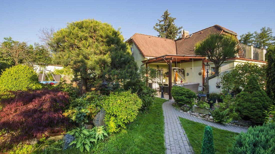 1584388537skalka z boku, pohled na dům (Kopírovat)-1100x618.jpg