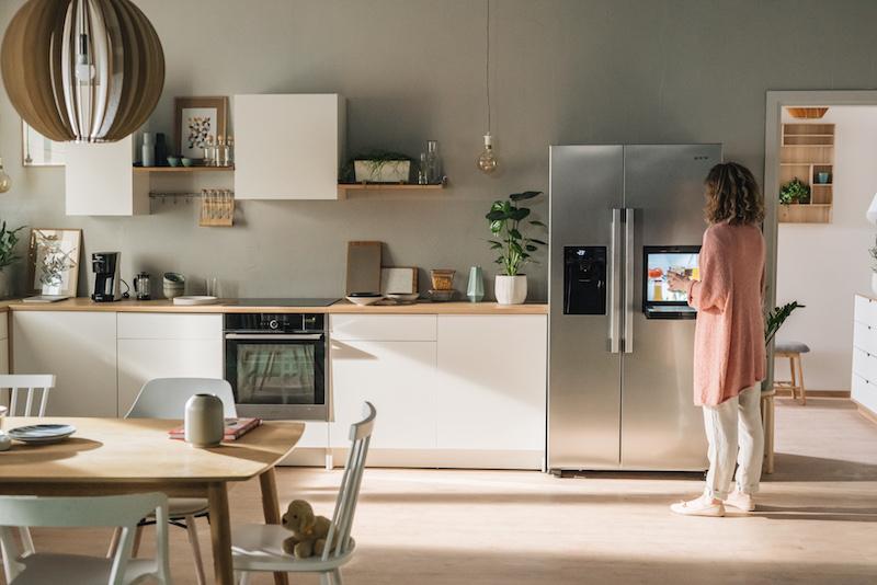 gorenje_sidebyside_fridge_woman_2.jpg