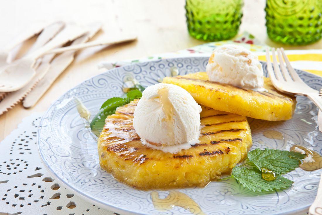 Grilovaný ananas skopečky vanilkové zmrzliny